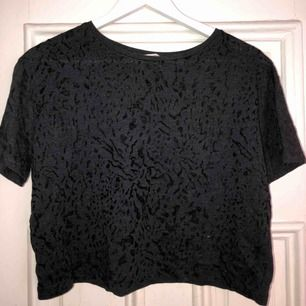 """Kort - croppad t-shirt ifrån Mango. Leopard-""""aktigt""""-mönster på framsidan och helsvart baktill. Sparsamt använd. Slutar vid naveln.   Hör av dig vid behov av fler bilder.  Köparen står för frakt.🌸"""