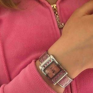 Jättesöt armbandsklocka med Y2K vibbar! Den är glittrig och silvrig med små rosa stenar🥺🥰