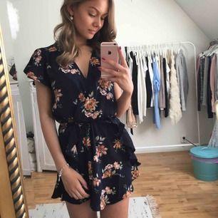 Säljer denna drömmiga klänningen då den ej kommer till användning.