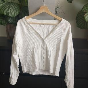 Knappt använd långärmad tröja från Monki. Fraktar för 59kr, möts inte upp.