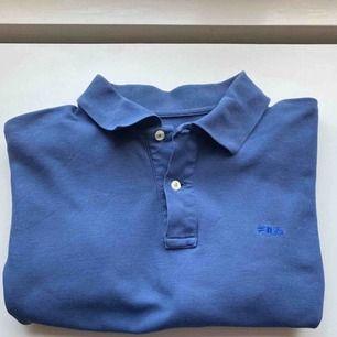 Jättefin blå T-shirt med knappar och krage ifrån FILA👕👕 väldigt trendig, lätt att styla och perfekt till våren och sommaren! Skriv vid frågor eller intresse! Frakt tillkommer💙💙