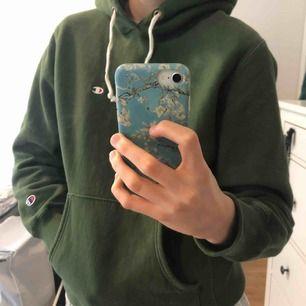 Grön Champion reverse weave hoodie köpt på Caliroots. Den är använd men i fint skick. Stolek Large men den passar på mig som vanligtvis har M.   Kan endast frakta och köparen står för frakten.