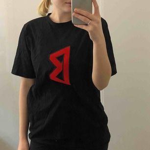 svart t-shirt från back