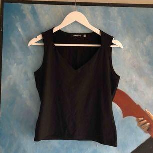 Svart linne med superfin urringning / skärning över bröstet. Detaljen ger en väldigt elegant look till toppen. Storlek L, men jag använder den som en Xs/S.   Köparen står för frakt.🌸