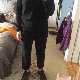 """De perfekta högmidjade """"kostymbyxorna"""" (går strax över naveln på mig) lagom längd, slutar precis vid anklarna på mig som är 1.70. Fint skick! Sjukt svåra att fånga på bild :("""