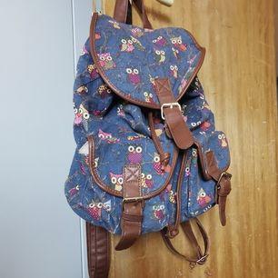 ryggsäck köpt på marknad med ugglemönster, välanvänd men i bra skick. 🧁frakt fri
