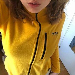 Säljer finaste gula fleecen från peak performance, vintage! Märkt som M men skulle säga att den är mer som en S. Passar Xs-M beroende på hur man vill att den ska sitta. Skriv privat för fler bilder🥰