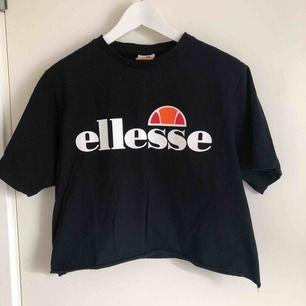 T-shirt från ellesse. Köpt oversized L och klippt croppad passar mig som har xs/s. Köparen står för ev frakt💖