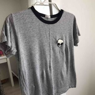 Fin grå T-shirt från Brandy Melville! Storleken är One Size men den är rätt stretchig! Flitigt använd ❣️