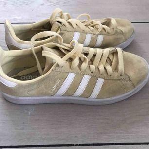 Megasköna sneakers i krämvit från Adidas. Använda några fåtal gånger