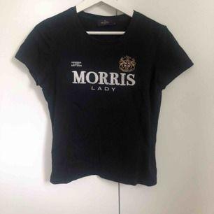MORRIS T-SHIRT  Säljer min fina Morris t-shorts som är mycket sparsamt använd, säljer den då det inte riktigt är min personliga stil längre. Den är i mycket gott skick! Storlek M, men passar även en S. Frakten är inte inkluderad i priset. 💓