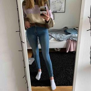 Jeans från Kappahl, bra i längden om man är runt 170 (är 173). Sitter tajt, midrise.✨💛🌟används inte längre bara, köpare betalar frakt