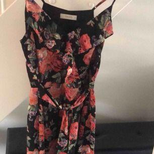 Jättesöt oasis klänning som passar perfekt till sommaren, både till vardags och till fest! Den går ganska långt ner, till knäna ungefär. Köpt för ca 900kr✨💕