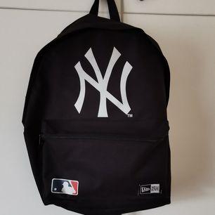 välanvänd ryggsäck som tyvärr är lite smutsig bak, men går nog att ta bort via rätt metod. perfekt till skolan, har använt den flera gånger.   🎈frakt fri