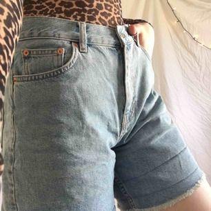 Jeans shorts köpta på Junkyard förra sommaren. Passar till typ allt. Dem har blivit större så jag skulle säga att dem sitter som en M. Frakt 50kr eller möts upp i Thn