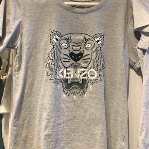 Kenzo T-shirt  Jag är S men kan ha denna  Köptes för 1055kr