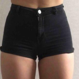 Svarta korta jeansshorts från hm! Högmidjade och bra passform💓
