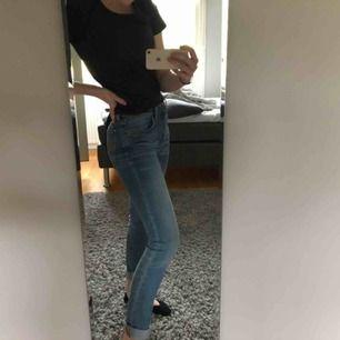Ett par fina blåa noodie - jeans. Perfekta för sommaren och våren💞💞