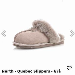 Tofflor från north Alaska footwear för nypris 399kr i storlek 36. Tofflorna är köpta i färgen grå men jag skulle säga att dom är lite mer rosa/beige. (Det är äkta fårskinn)