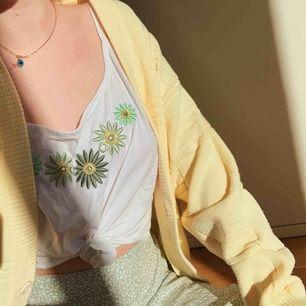 🌼Super fint vintage linne med broderade blommor i guld och grön längs halslinningen. Snyggt oversize på mig som XS. Fri frakt🌼