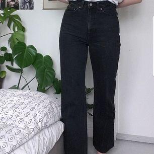 Högmidjade svarta jeans från Weekday. Modellen row. Uppsydda lite, var L32 innan, så typ L30 nu. Jag är 174 cm och de är