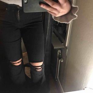 Svarta bootcut jeans från Dr Denim med hål på knäna som är i väldigt fint skick. De är köpta för 500kr och säljs för 150kr, köparen står för frakten