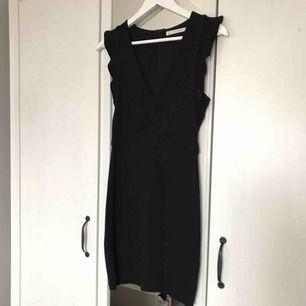 Sjukt snygg klänning från Zara, står strl M men liten så skulle verkl säga S! Använd en gång så i perfekt skick:) djup urringning och figursydd så den sitter så fint på!!  Möts i Sthlm annars betalar köparen frakten, tar endast swish :)