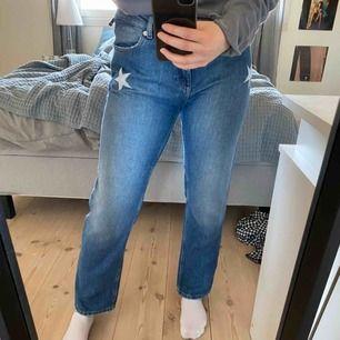 Jeans från Tommy Hilfiger med stjärnor som detalj, vida nertill ⭐️⭐️
