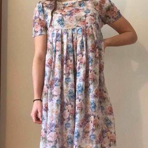 Blommig klänning köpt på SecondHand i Berlin. Tyget är mycket tunt och själva klänningen är i jättebra skick. Hänger mest i garderoben och förtjänar därför ett nytt hem. Frakt ingår ☀️