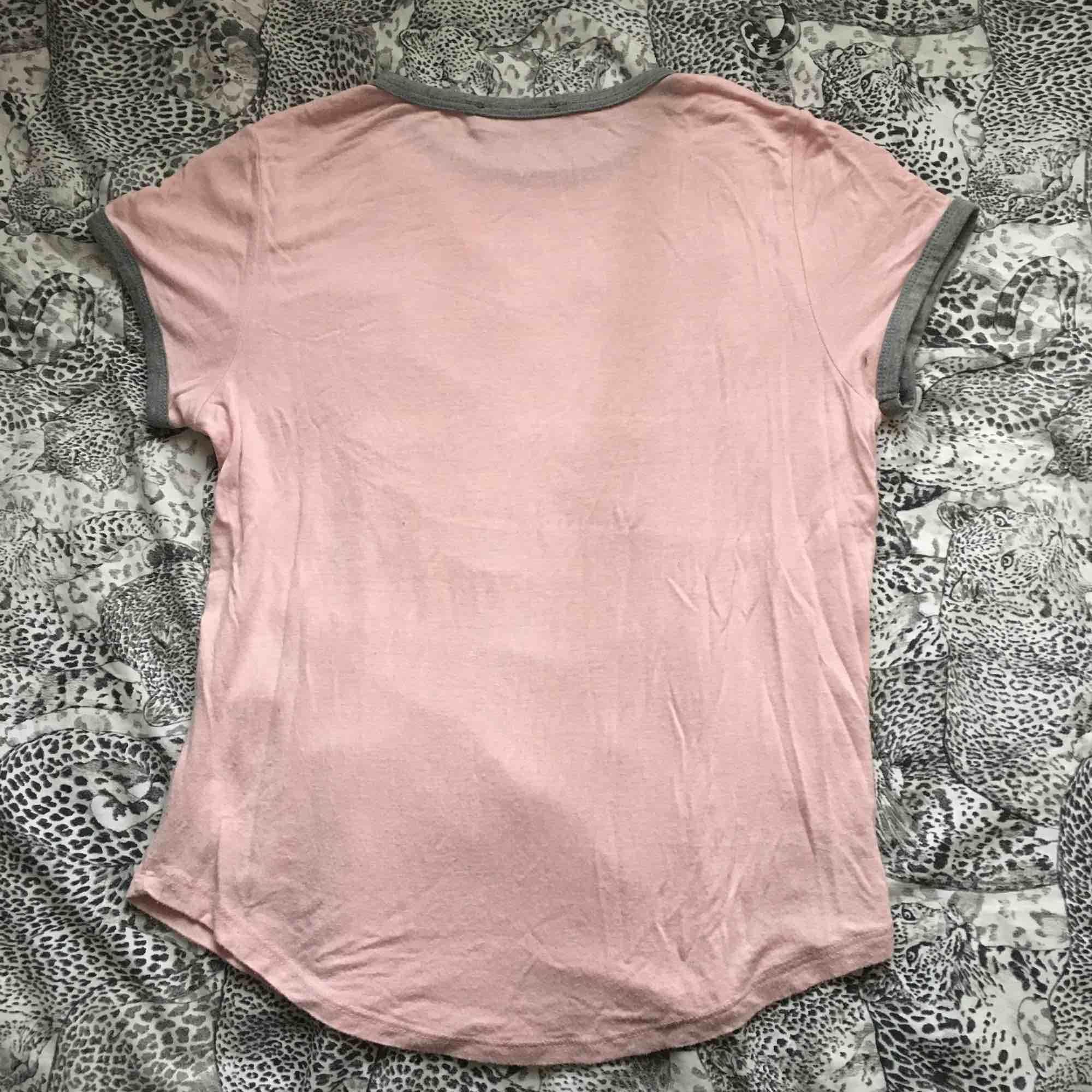 T-shirt från new yorker inte använd så ofta. Köparen står för frakt💛. Skjortor.