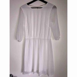 Superfin vit klänning ifrån Bik Bok med gulddetalj i form av kedja i ryggen, 80 kr inklusive frakt