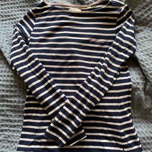 Blå & vit randig tröja från Bondelid i mjukt material, skitskön på sommaren