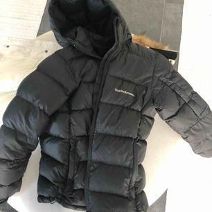 En svart peak performance frost jacka i strl 160 men sitter som XS. Sjukt snygg och inga defekter! Köpt förra året.