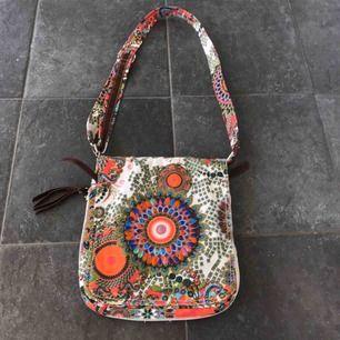 Super fin väska väldig hippie Vibe  Super fina färger super fint skick!  Frakt 60 kr 🦊
