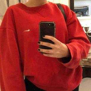 Röd oversized sweatshirt från Nike!❤️