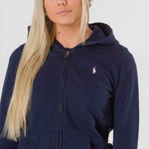Ralphlauren hoodie marinblå i storlek S använt få gånger, väldigt bra skick