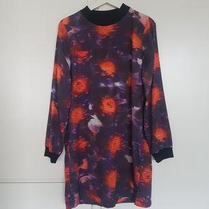 Skön klänning i schysst mönster. Välanvänd men i väldigt bra skick. Finns i stockholm, köpare betalar frakt om det behövs.