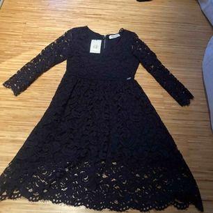 Jätte fin oanvänd mörkblå klänning. Lapparna kvar. 150 SEK inkl frakt.