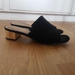 Sandal med låg klack och öppen tå. Perfekt vardagssko med lite finess! Ganska bred i storleken. Använda fåtal gånger. Finns i stockholm, köpare betalar frakt om det behövs.