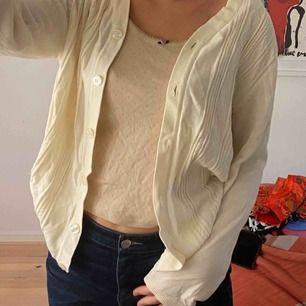 Säljer denna asnajs tröja/cardigan, köparen står för frakt💕