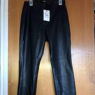 Ett par svarta läderbyxor storlek S, oanvända. Frakt betalar köparen😇