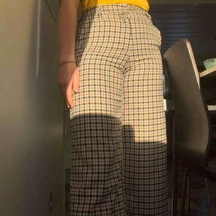 Rutiga/mönstrade byxor från hm! Aldrig använda då jag råka köpa dom i för liten storlek:( har prislappen kvar! Lite utsvängdas benen och slutar på mig som är 168 ungefär 1dm över ankeln. Perfekta nu till våren☺️💐🌾 90kr+frakt