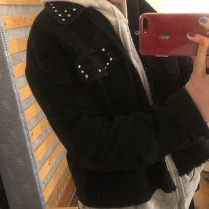 Superfin jacka från Zara med detaljer, använd i somras rätt mycket☺️☺️ har klippt av den så den går ungefär till midjan! Storlek Xs men oversized så man kan ha hoodie under 😇