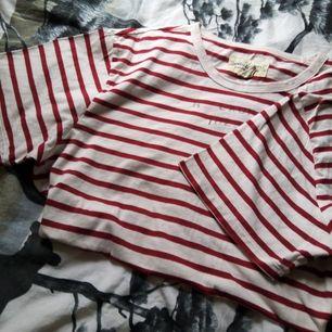 Helt oanvänd Ralph Lauren t-shirt. Kan användas som klänning om du är en mindre storlek.