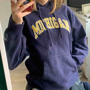 """Vintage hoodie med gul text som läser """"Michigan"""" från Steve and Barry's. Märket som gjort denna lade ner 2009 så sjukt ovanligt plagg. Bud från 200kr"""