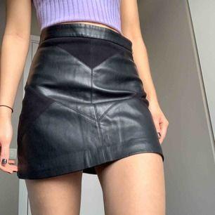 Snygg läder/mocka kjol. Finns inte längre kvar i butik.