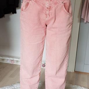Ett par rosa mom jeans från pull&bear, köpta för ett år sedan men använt 2 ggr. Mycket bra skick. Jag står för frakten.