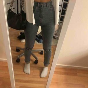 Snygga grå högmidjade jeans från pull&bear. Sitter tajt och formar sig fint. Nyskick.