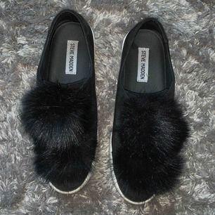 Ett par svarta Steve Madden skor med pälsbollar som accessoarer. Tycker om dem mycket men de är förstora för mig. Använda 1 gång🤍originalpris: 1500kr. Pris kan diskuteras