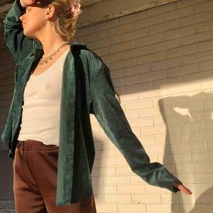 oversized manchesterskjorta som även passar som jacka i vår. från gina, aldrig använd!! frakt är inkluderat i priset🥰🧚🏼♀️🌸